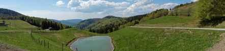 Montée : Station du Rouge Gazon depuis Saint Maurice sur Moselle, Commentaire : Vue panoramique depuis la station, avec le Ballon de Servance à l'horizon