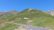Auteur : Maurice R, Commentaire : 7 juillet 2012 : en montant, on voit, en haut à gauche, le Pic du Midi et, en haut à droite, le Col du Tourmalet. On dirait que les deux sont à la même altitude, mais il y a 762 m de différence !