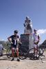 Montée : Colle Fauniera depuis Pradlèves, Commentaire : Père et fils au pied de la statue du Grand Marco Pantani !