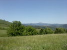 Montée : Col de Mézilhac depuis Le Cheylard, Commentaire : Le suc de Sara (1521m, la montagne pointue eu 1er plan) et le mont Mézenc dans le fond (1753m, 6eme sommet du massif central).