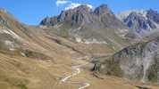 Auteur : Loic L, Commentaire : au premier plan, la piste partant du plan lachat... le sommet se trouve dans la cuvette à gauche.