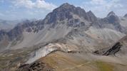 Auteur : Loic L, Commentaire : le sommet du col est situé en contrebas de la 'pyramide' au centre de l'image ( altitude de la prise de vue : 2850)