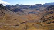 Auteur : Loic L, Commentaire : Panorama depuis le col du restefond ( 2 kms avant la cime).  La piste sur la gauche, permet de rejoindre le col de la Moutière ( au centre lègèrement à gauche) et le col de la cayolle (au fond à droite).
