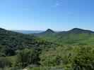 Montée : Col du Vent depuis Arboras, Commentaire : Dans la montée du Col du Vent, vue vers la plaine de l'Hérault et le Rocher de la Vierge