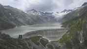 Auteur : Loic L, Commentaire : Quelques mètres avant le sommet, il y a une route parfaitement revêtue sur la droite. Elle mène vers ce barrage, et ça vaut le coup d'oeil...   ( la pente est raide par endroit)