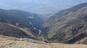Auteur : Loic L, Commentaire : la route goudronnée au fond de la vallée...