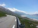 Montée : Col du Mont Cenis depuis Lanslebourg, Commentaire : Juste apres le sommet, la route contourne le lac avant de redescendre vers l'Italie