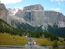 Montée : Passo Sella depuis Canazei, Commentaire : Magnifique paysage de parois dans les Dolomites. Ceux qui pratiquent aussi l'escalade apprécieront.