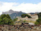 Montée : Col d'Allos depuis Colmars, Commentaire : Le fort dominant le village fortifié de Colmars a été construit à l'image de la montagne en arrière plan. Surprenant.