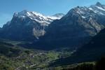 Auteur : Loic L, Commentaire : Vue sur Grindelwald depuis le Mannlichen ( 12 kms à 10,5%)... le sommet du Grosse Scheidegg sur la gauche (on le voit sur la photo suivante).