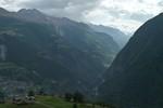 Auteur : Loic L, Commentaire : Depuis Törbel (à mi-distance du Moosalp), on aperçoit cette vallée qui permet l'accès à Saas Fee et le lac de Mattmark...