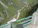 Montée : Col Saint-Martin depuis D2205, Commentaire : Vertigineux. Prudence en descente, un virage raté et c'est le grand saut.