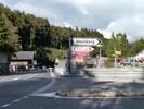 Auteur : Loic L, Commentaire : au sommet du Brunig pass depuis Meringen. Pour Mäggisalp, il faut suivre Hasliberg... mais les VTTistes pourront y accéder depuis Meringen un peu plus loin ( comme l'indique le panneau rouge).