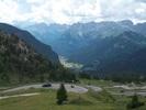 Montée : Passo Pordoi depuis Canazei, Commentaire : Les derniers virages... Au fond de la vallée, Canazei, le point de départ