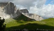 Montée : Passo Sella depuis Canazei, Commentaire : Passo Sella. Vue du début de la descente vers le Val Gardena