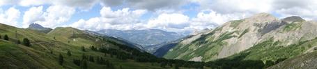Montée : Col d'Allos depuis Barcelonnette, Commentaire : A gauche le col. Juste à droite, l'Auberge du col d'Allos, ouverte uniquement l'été. Puis tout au fond dans la vallée, Barcelonnette.