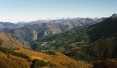 Auteur : Pierre V, Commentaire : Panorama pris un peu avant le sommet. Vers le centre de la photo, le village de Larrau.