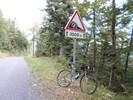 Montée : Col du Grand Colombier depuis Culoz, Commentaire : Le panneau (l'envers) que les cyclos montant cherchent des yeux sur la gauche de la route en montant et qui marque la fin de leur 'calvaire' !!!