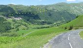 Auteur : Pierre V, Reactie : Au début de la montée. A l'arrière-plan le village de Béhorléguy. En pointillé, une parie de la variante par les cols de Landerre et d'Aphanizé.