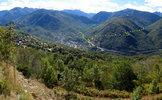 Montée : Col du Chioula depuis Ax les Thermes, Commentaire : Vue sur Ax-les-Thermes. En jaune la route vers Ax-Bonascre-3 domaines. En vert celle d'Envalira (déviation en cours d'aménagement en 2014).