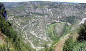 Auteur : Pierre V, Reactie : Vue depuis le belvédère, la fin de la montée, le village de Navacelles et en pointillés le haut de la montée vers le causse nord..
