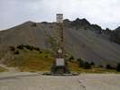 Montée : Col de l'Izoard depuis Gorges du guil (D902 / D947), Commentaire : Voici la stèle au sommet, posée ici afin d'honorer la mémoire des hommes qui ont, à la force de leurs bras, construit cette route alpine sur laquelle nous venons de suer !