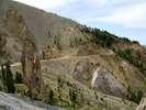 Montée : Col de l'Izoard depuis Gorges du guil (D902 / D947), Commentaire : Voici une photo de la casse déserte prise juste à coté de la stèle érigée en l'honneur de Coppi et Bobet ! Lors de la montée, on descend le bout de route visible en arrière-plan.