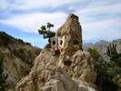 Montée : Col de l'Izoard depuis Gorges du guil (D902 / D947), Commentaire : Voici la stèle Coppi-Bobet, présente dans la casse déserte.